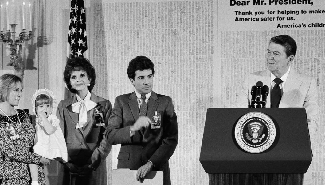 1984: Den daværende amerikanske presidenten Ronald Reagan holdt tale i forbindelse med åpningen av National Center for Missing and Exploited Children i Washington, D.C. i juni 1984. Fra venstre: Revé Walsh og datteren Jane, Senator Paula Hawkins og Adams far John Walsh. FOTO: NTB Scanpix