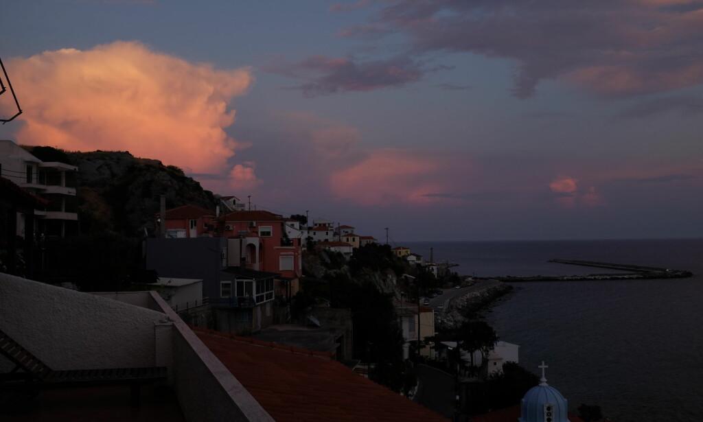 MØRKET FALLER: Slik ser det ut når Gud har tent nattlampen sin på himmelen over Lesbos. Foto: Fredrik Wandrup