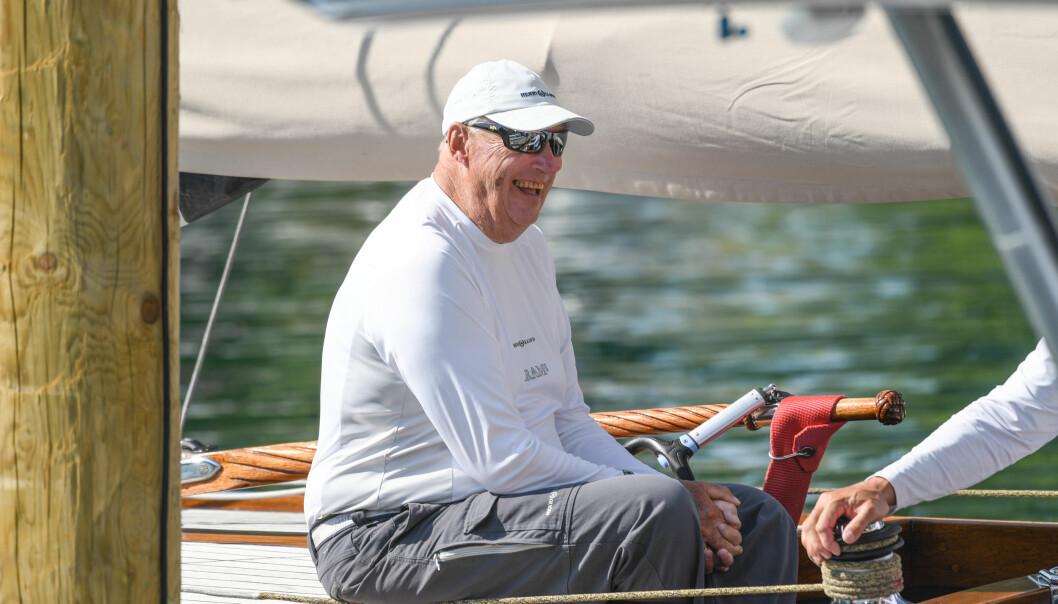 <strong>SPREK:</strong> Den siste tiden har kong Harald vært i Tyskland for seile-VM. Her om bord på Sira. Foto: NTB Scanpix