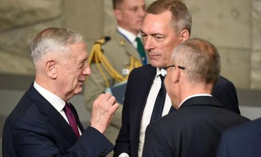 GOD TONE: - Vi snakker jo med flere enn Donald Trump. Og vi er ganske sikre på at amerikanerne er veldig fornøyde med oppdraget vi utfører. Det vi gjør i nord, er et oppdrag som er like viktig for amerikansk sikkerhet som for europeisk sikkerhet, sier forsvarsminister Frank Bakke-Jensen, her i samtale med sin amerikanske kollega James Mattis ( til venstre) og sin kollega fra Kroatia, Damir Krsticevic. Foto: John Thys/AFP