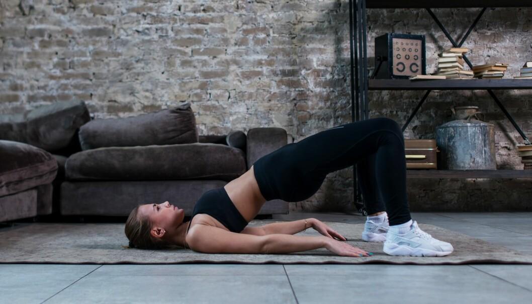 HOFTELØFT: Dette er en fin øvelse du kan gjøre for å aktivere rumpemusklene. Foto: Scanpix.