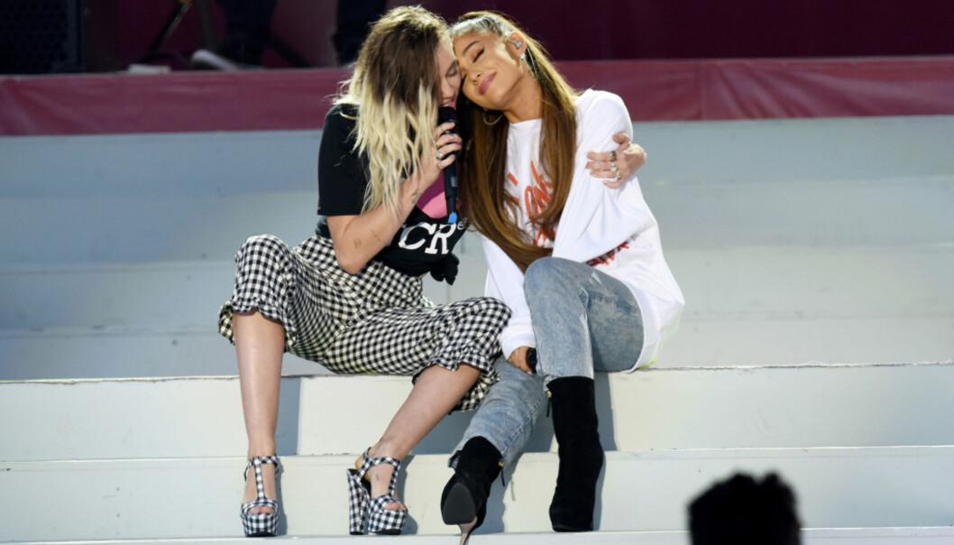 <strong>MINNEKONSERT:</strong> Ariana Grande og Miley Cyrus opptrådde under minnekonserten i Manchester, til inntekt for ofre og etterlatte etter terrorangrepet. Foto: NTB Scanpix
