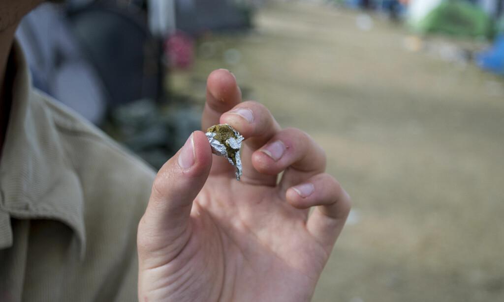 I LOMMA: Denne klumpen var pakket inn i sølvfolie, og gjemt i bukselomma til en publikummer på Roskildefestivalen. Foto: Ørjan Ryland / Dagbladet