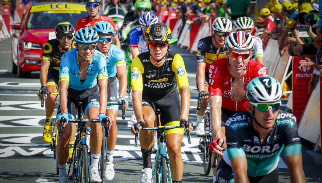 <strong>OVER MÅLSTREKEN:</strong> Amund Grøndahl Jansen (i sort og gult) trillet rolig over målstreken i La Roche-sur-Yon etter å ha blitt hindret av velt. Foto: Heiko Junge / NTB scanpix