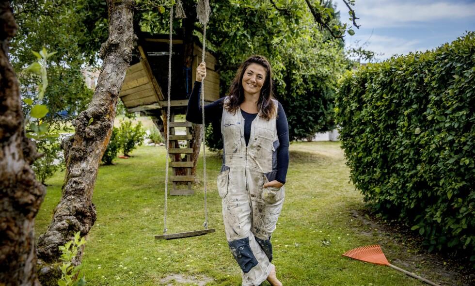 Rivjern: Marianne Antonsen doller seg gjerne opp før hun skal på scenen, men trives like godt i den gamle malerdressen i hagen.