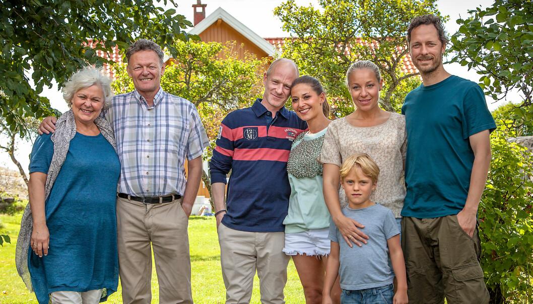 PÅ TV: Janne er også å se i rollen som Eva i «Neste sommer». Her med kollegene Ellen Horn, John Nyutstumo, Eivind Sander, Pia Tjelta, Lukas Prange Løberg (foran) og Trond Fausa Aurvåg. Foto: TVNorge