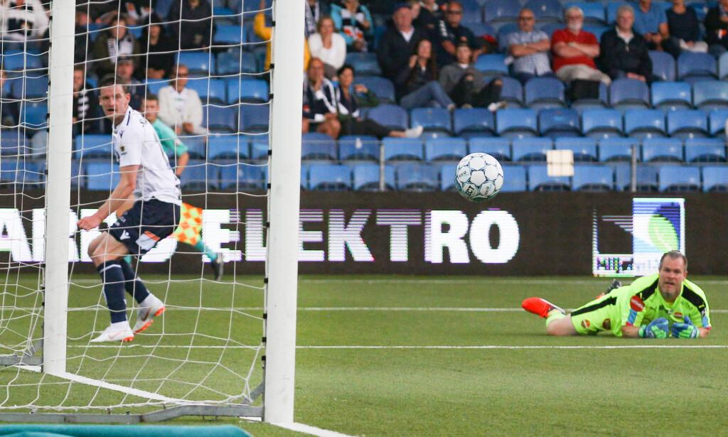 HAT TRICK: Her har Bendik Bye akkurat lobbet inn sin tredje scoring i løpet av ti minutter spilt. Foto: Fredrik Hagen / NTB scanpix