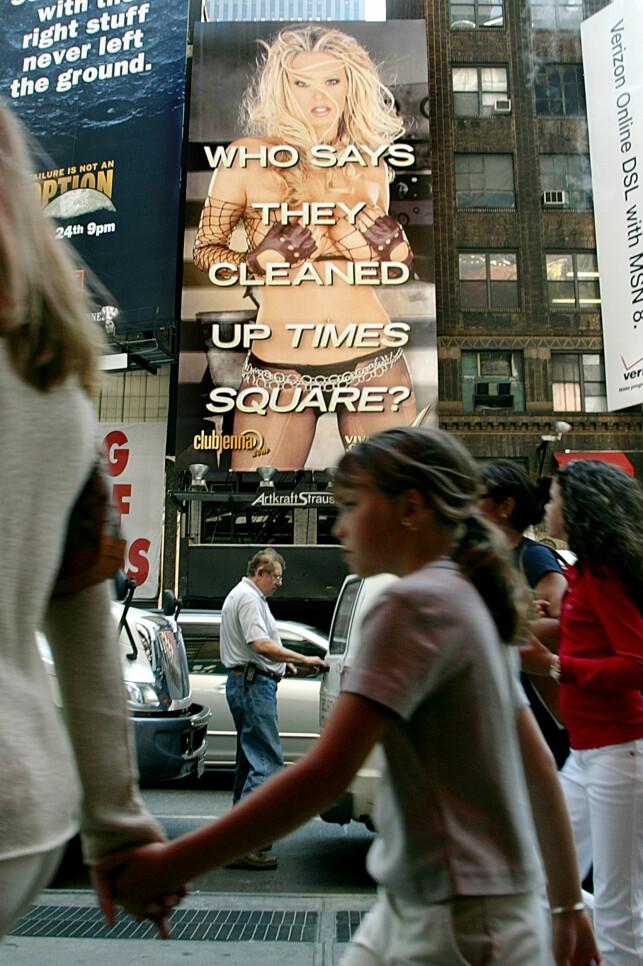 PÅ TIMES SQUARE: Jenna Jameson oppnådde stor berømmelse - og det raskt. Her avbildet på en flere meter lang reklametavle på Times Square i New York. Foto: NTB Scanpix