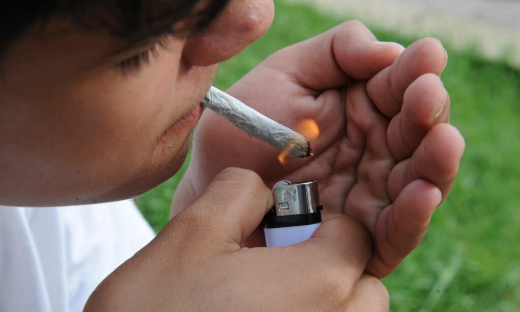 ØKER: Mindreåriges bruk av cannabis har siden 2015 økt med over 70 prosent i Oslo, ifølge en undersøkelse fra NOVA, mens i USA har innføring av cannabisutsalg med aldersgrense tilsynelatende redusert de yngstes cannabisbruk. Foto: Norberto Duarte / AFP / NTB Scanpix