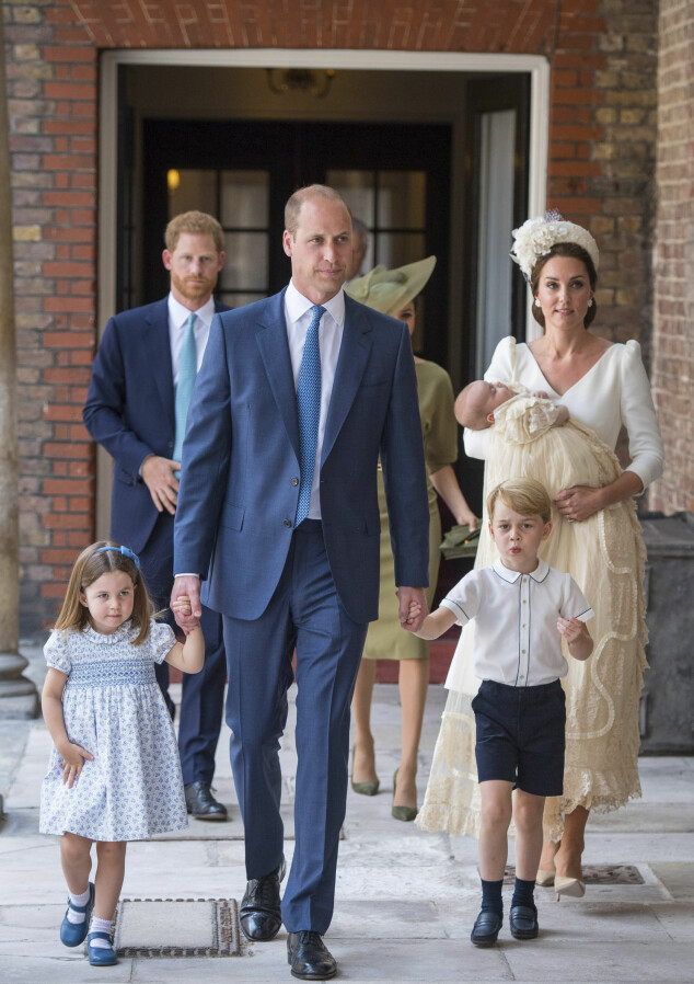 FAMILIE PÅ FEM: Prins William og hertuginne Kate har tre barn sammen: prins George, prinsesse Charlotte og prins Louis. Bak dem ankommer prins Harry og hertuginne Meghan dåpen til nyfødte prins Louis. Foto: Scanpix