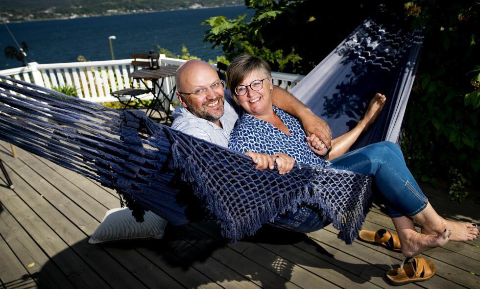 SOMMERIDYLL: Ekteparet Dag William Haugeto Stang og Tonje Haugeto Stang tilbringer store deler av sommerferien på Hytta i Sande. Foto: John T. Pedersen