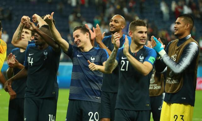 SMIL OG JUBEL: De franske spillerne feiret med fansen etter triumfen i St. Petersburg. Foto: NTB scanpix