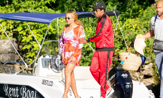 <strong>ALENETID:</strong> Beyoncé og Jay Z avbildet sammen i Como, nord for Milano, i helgen. Foto. NTB Scanpix