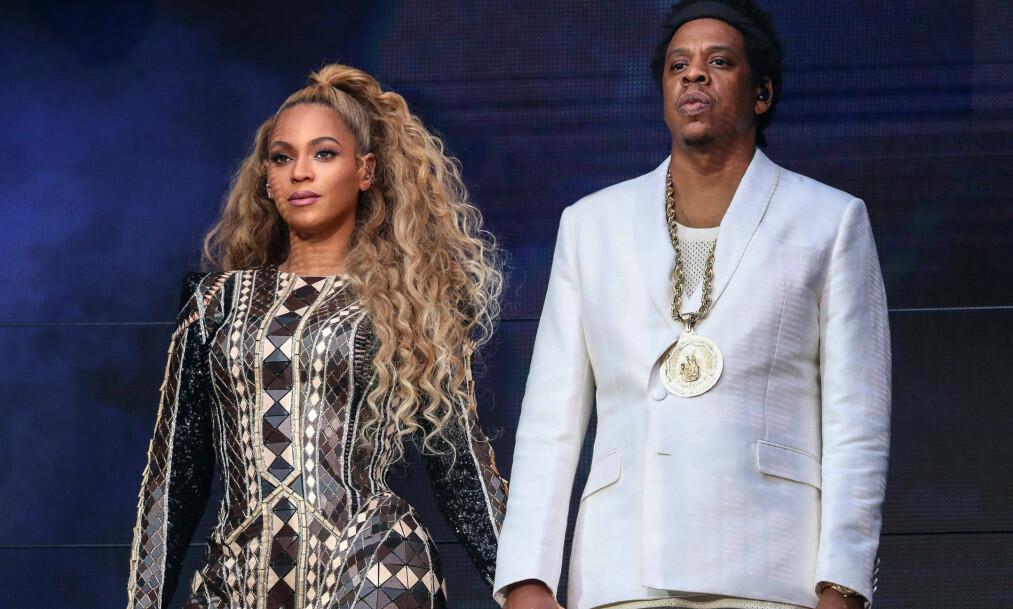 <strong>BLIR DE FIREBARNSFORELDRE?:</strong> Internett spekulerer heftig på om Beyoncé og Jay Z venter sitt fjerde barn. Her sammen på scenen i Manchester forrige måned. Foto: NTB Scanpix