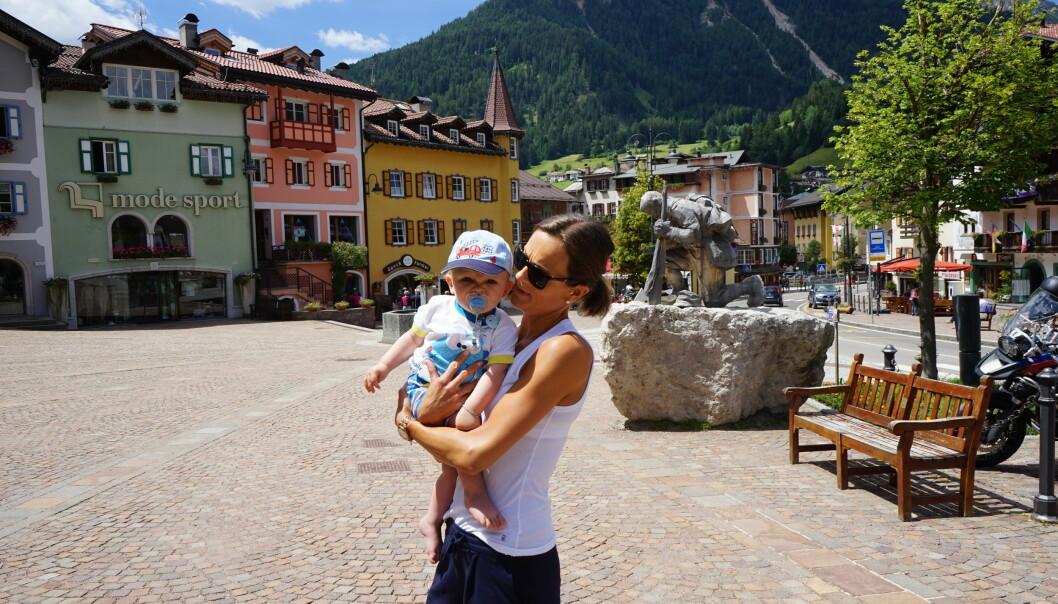 UTEN VOGN: Reidun Frostad er på plass i feriebyen i Nord-Italia sammen med sønnen Kasper. Men verken bæremeisen eller barnevogna er på plass. bagasjen står fortsatt på Gardermoen, noe den har gjort siden fredag. Foto: Privat