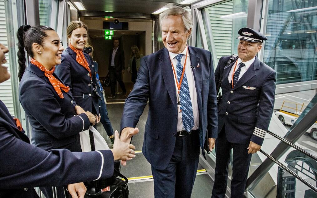 HILSER: Bjørn Kjos nikker til ventende passasjerer, hilser på kapteinen og småprater jovialt med crewet i Norwegian på Gardermoen. Foto: Jørn H. Moen