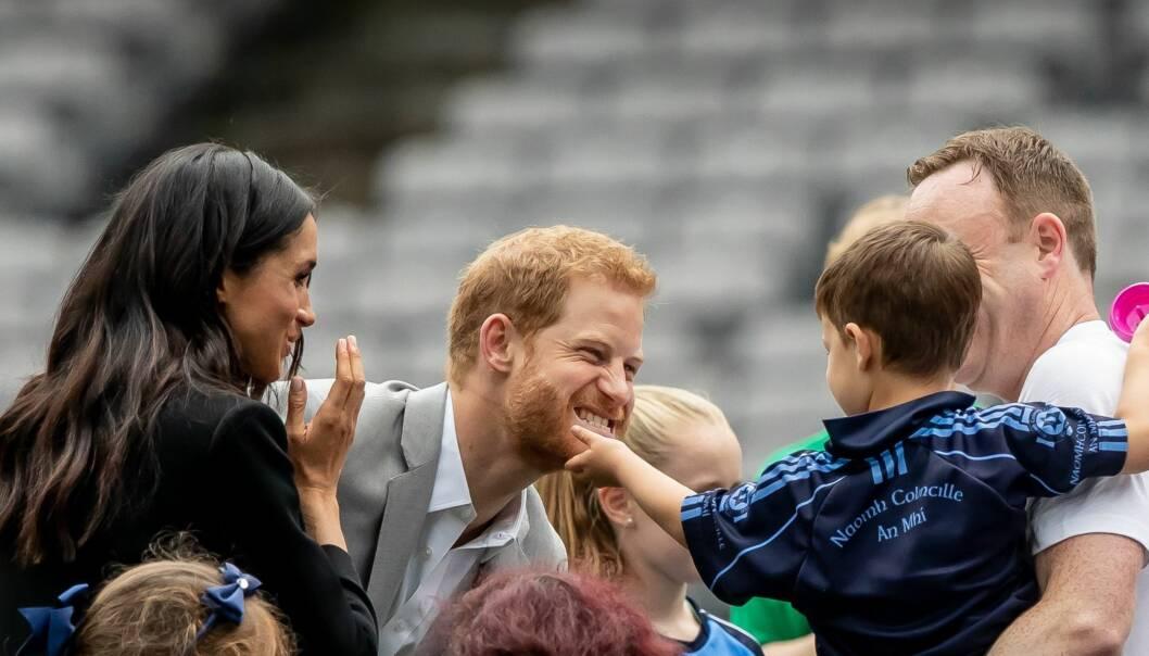 SLAPP IKKE UNNA: Dylan Mahon så sitt snitt til å lugge prins Harry i skjegget. NTB Scanpix