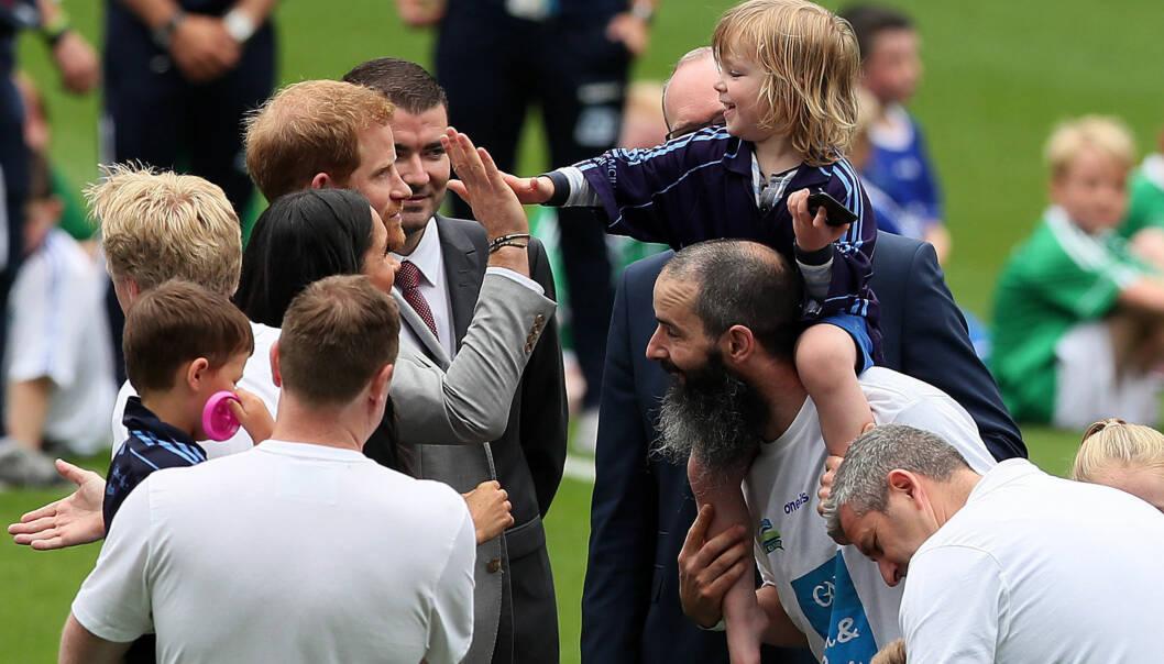 KUL PRINS: Før duoen gikk videre for hilse på de andre barna, ga Harry Walter en high-five. Foto: NTB Scanpix