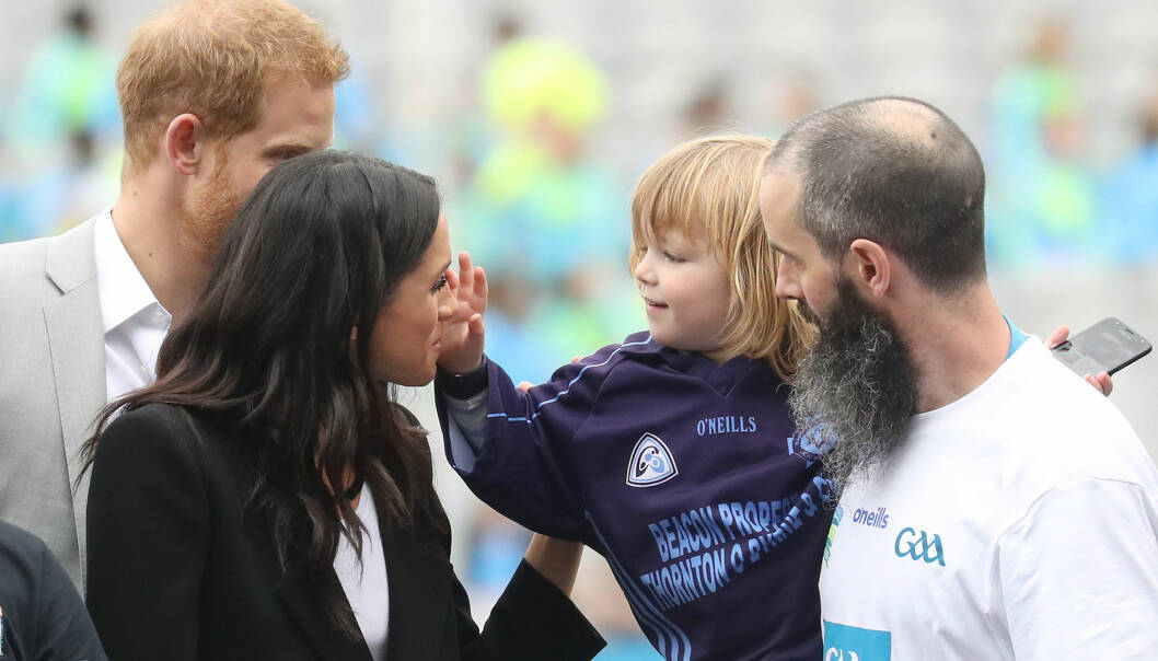 SØTT: Etter at tre år gamle Walter Kierans prøvde å dra hertuginnen i håret, fikk han stryke henne varsomt i fjeset. Foto: NTB Scanpix