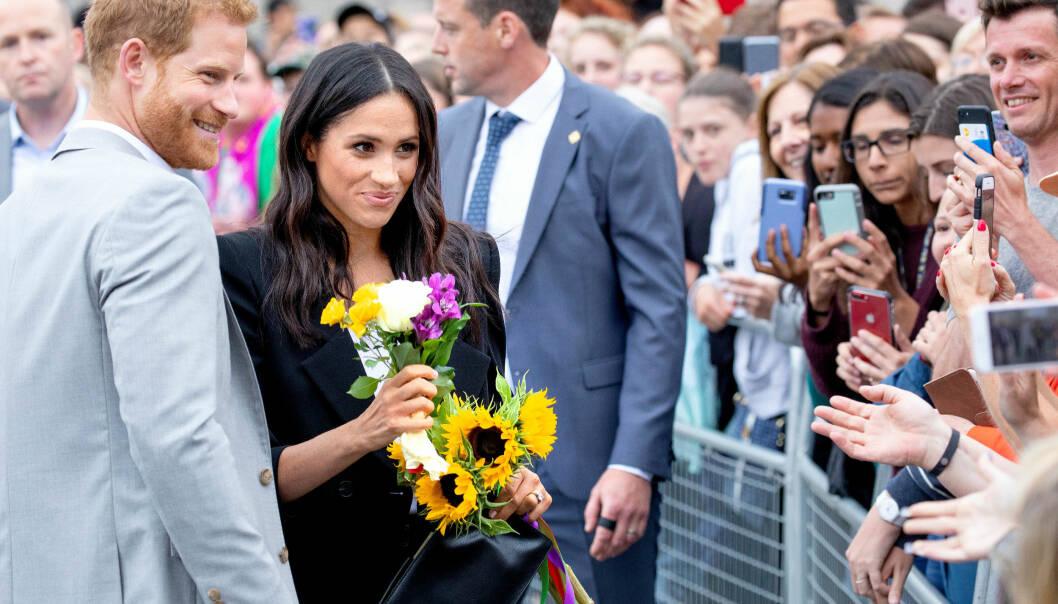 FOLKEKJÆRE: Det nygifte paret tok seg god tid til å hilse på alle de oppmøtte i Dublin onsdag. Duoen tok både imot blomster og stilte opp på bilder. Foto: NTB Scanpix