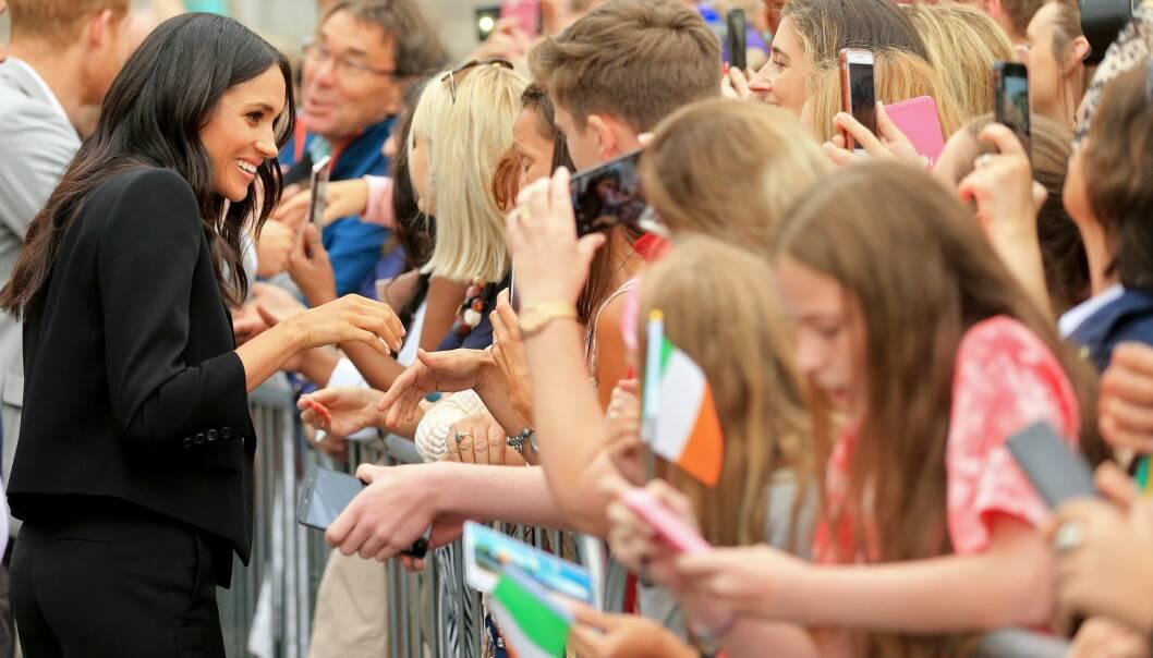 STRÅLTE: Meghan håndhilste også på flere av fansen og slo av en liten prat her og der. Foto: NTB Scanpix