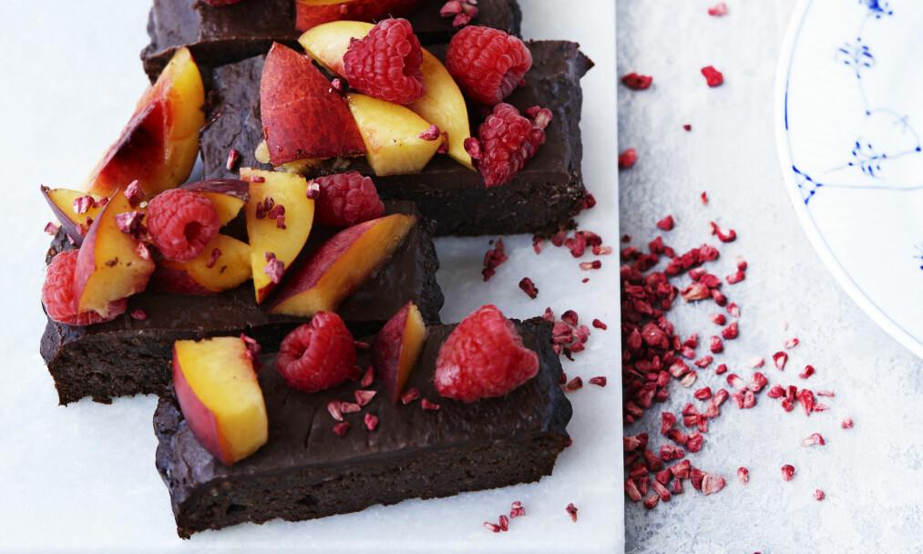 SUNN SJOKOLADEKAKE: Sjokolade inneholder tilsatt sukker, men jo mørkere sjokoladen er, desto mindre sukker og desto flere sunne stoffer inneholder den. FOTO: Betina Hastoft