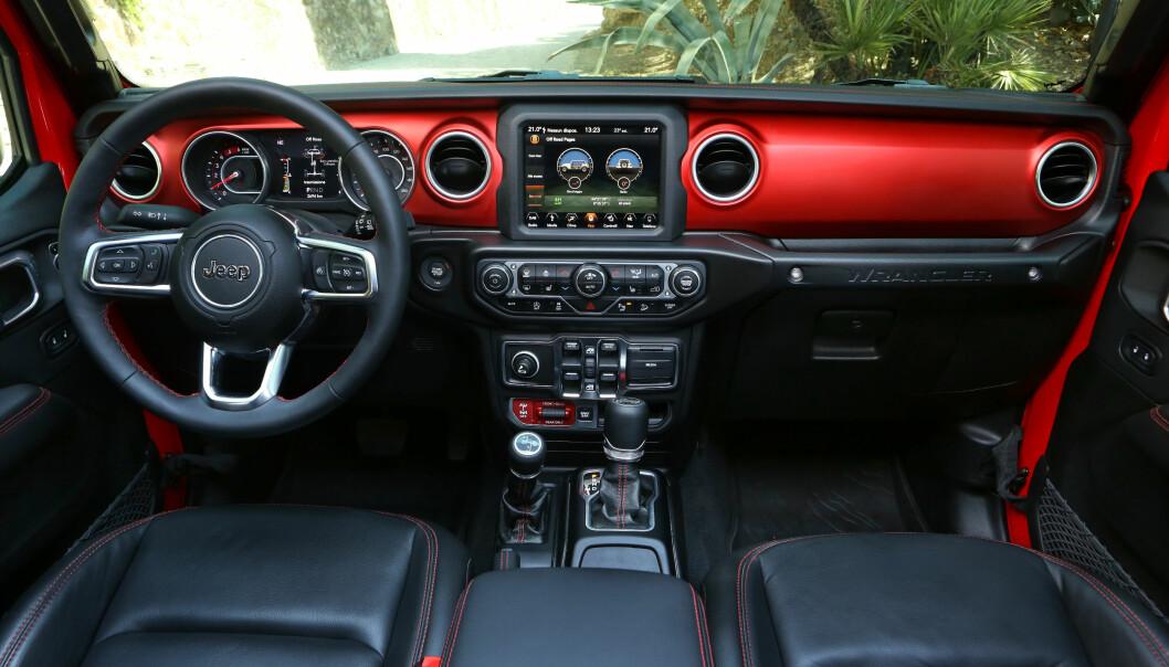 <strong>HORISONTALT:</strong> Jeep ønsket å få tilbake noe av den horisontale designen fra de første modellene. Spesielt Rubicon med det røde dashbordet, imøtekommer dette. Her ser du den største og antagelig eneste skjermen som tilbys i Norge. Man kan velge mellom 5,7 og 8,.4 tommer.