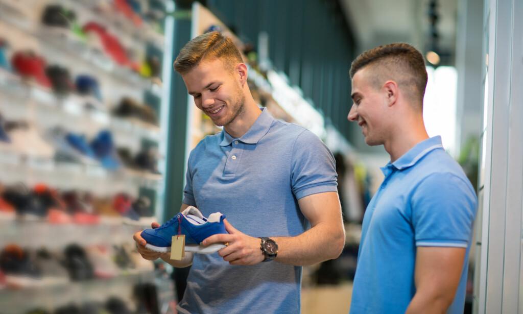 MERKESKO: Det er gjerne billigere å kjøpe merkevarer innen sko og klær i landet de kommer fra, men sjekk prisene hjemme før du handler. Foto: Shutterstock/NTB Scanpix.