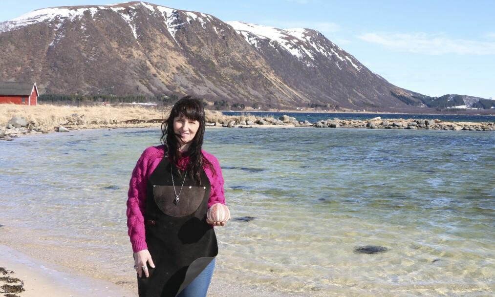 SMYKKEDESIGNER: Silvia har vokste opp i Balsfjord i Troms. Som barn lekte hun mest i fjæra, hvor hun fant mye spennende. I dag lager hun smykker av havets skatter. FOTO: Liv-Karin Edvardsen