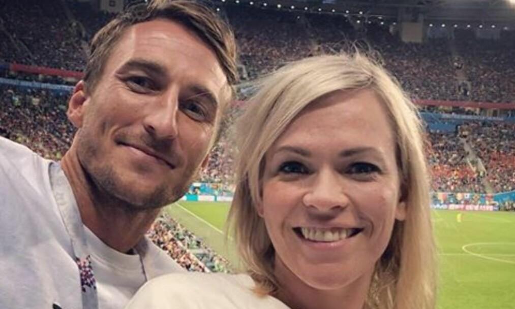 IKKE LENGER SINGEL: NRKs fotball-VM-programleder Carina Olset (36) er blitt kjæreste med fotballspilleren Tor Øyvind Hovda (28). Her sammen i St. Petersburg tidligere i uka. Foto: Privat / NTB Scanpix