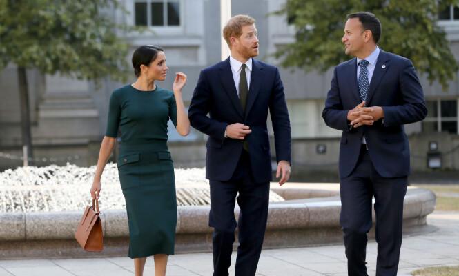 <strong>SKJØNN I GRØNN:</strong> Hertuginne Meghan var elegant antrukket under besøket hos den irske regjeringen. Her med den irske politikeren Leo Varadkar. Foto: NTB Scanpix