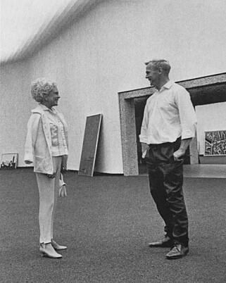 PARTNERSKAP: Weidemann sto nært Henie Onstad Kunstsenter og mesenene Sonja Henie og Niels Onstad. Her er kunstneren sammen med Henie, under forberedelsene til den offisielle åpningen av senteret i 1968. FOTO: HENIE ONSTAD KUNSTSENTER