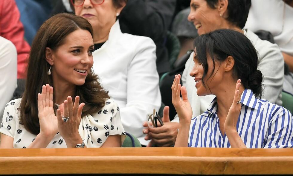 INGEN SURE MINER: Det er lite som tyder på at hertuginne Kate (36) og Meghan (36) mistrives i hverandres selskap, slik enkelte medier påstår. Her avbildet sammen lørdag. Foto. NTB Scanpix