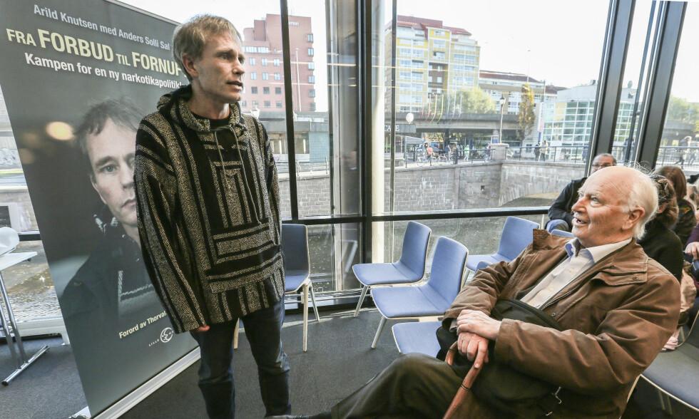 VENNER: - Når du snakket med Thorvald, følte du deg virkelig sett og ivaretatt, sier Arild Knutsen (49) om avdøde Thorvald Stoltenberg. Bilde tatt på lanseringen av Knutsens bok «Fra forbud til fornuft». Foto: NTB Scanpix.