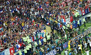 EKSTASE: De franske spillerne jubler med supporterne etter kampen. Foto: NTB scanpix