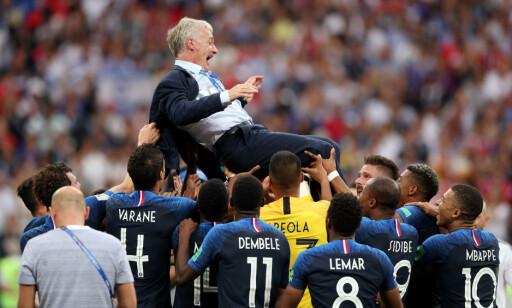 KASTET I LUFTA: Etter seieren kastet de franske spillerne manager Didier Deschamps i lufta. Foto: REUTERS/Carl Recine