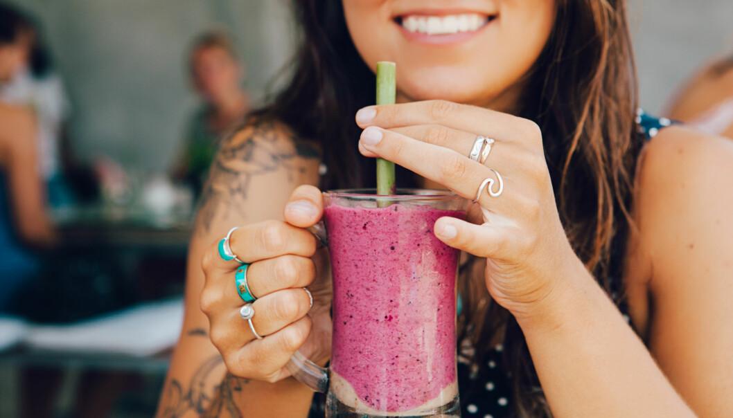 SMOOTHIE: Ekspertens tips til de som sliter med å få i seg nok mat i varmen: Få i deg det du kan av lett mat som smoothie, salat, frukt og grønt, og spis mer om kvelden når du har bedre apetitt. FOTO: NTB Scanpix