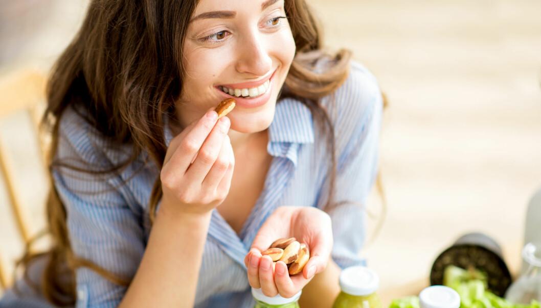 NØTTER: Svetter du ekstra mye om sommeren, for eksempel ved trening? Da kan det være lurt å spise salte nøtter for å få i deg litt ekstra salt. FOTO: NTB Scanpix