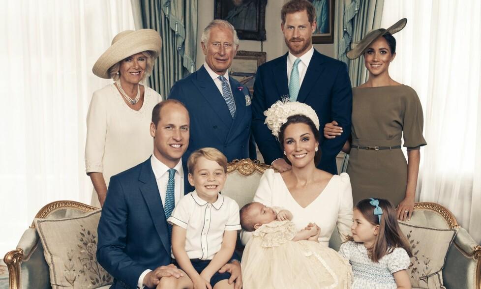 FANSEN RASER: Etter at vesle prins Louis ble døpt tidligere denne måneden, stilte familien opp på offisielle bilder for å markere den store dagen. En hel del har imidlertid bitt seg merke i noe helt annet enn de glade barna. Foto: Matt Holyoak/Camera Press/AP/ NTB scanpix