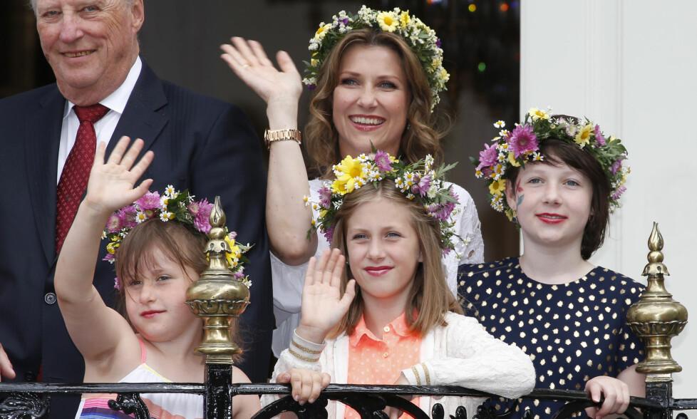 MAMMAS JENTER: Både Märtha og døtrene Maud, Leah og Emma elsker hester, og skal blant annet ri sammen i sommer. Foto: NTB scanpix