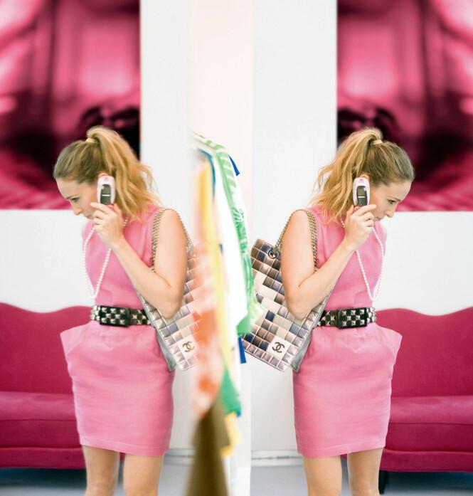 Carrie looking fab i en enkel kjole med et solid belte som markerer midjen godt. Foto: NTB Scanpix