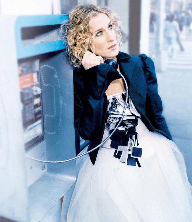 Carrie i marineblå blazer med puffermer. Foto: NTB Scanpix