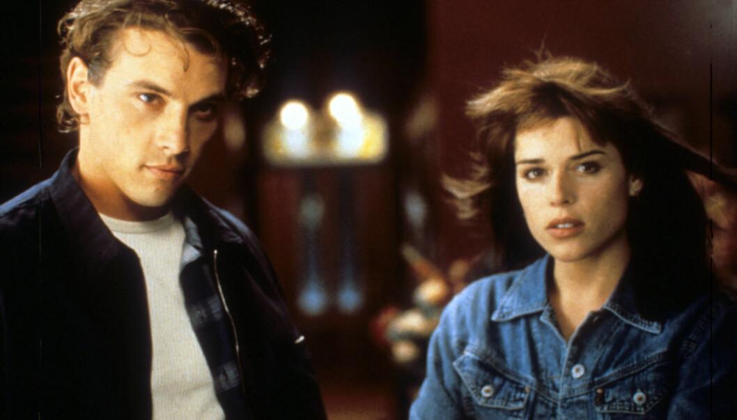 <strong>LOVENDE 90-TALLSSTJERNE:</strong> Neve Campbell debuterte på skjermen som Julia Salinger i ungdomsserien «Party Of Five». Her i en scene fra «Scream» sammen med Skeet Ulrich. Foto: NTB Scanpix