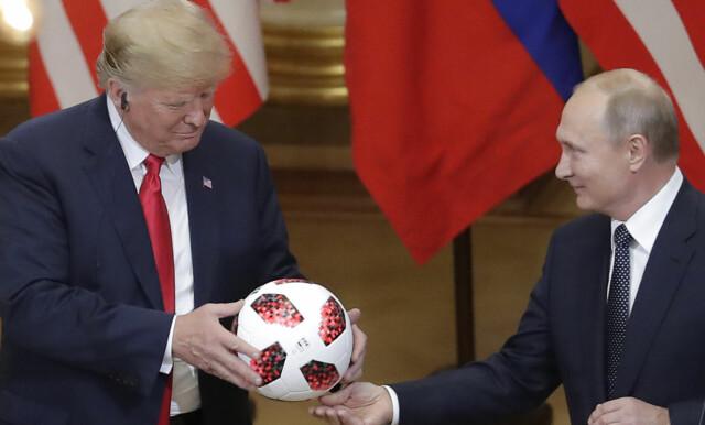 VM: Russlands president Vladimir Putin gir USAs president Donald Trump den offisielle VM-fotballen under en pressekonferanse i Helsinki, Finland mandag. Foto: AP / Markus Schreiber / NTB scanpix