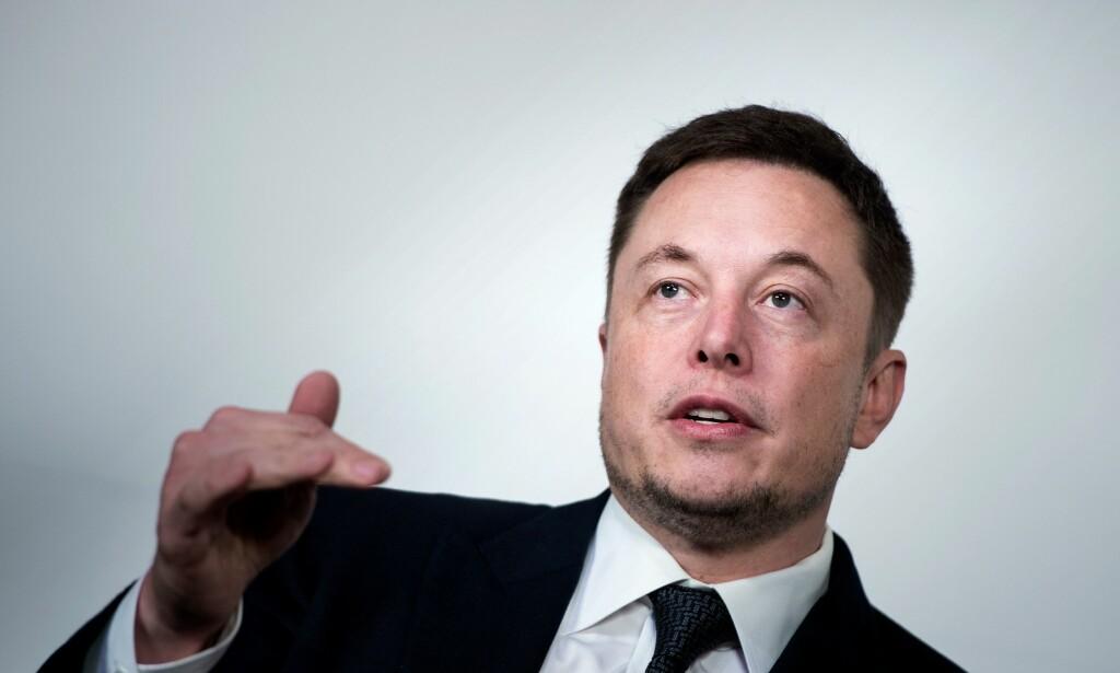PENGEBRUK: Ifølge Bloomberg har Tesla et ellevilt forbruk av penger. De mener at selskapet bruker over 60 000 kroner i minuttet. Foto: Brendan Smialowski / AFP / NTB Scanpix