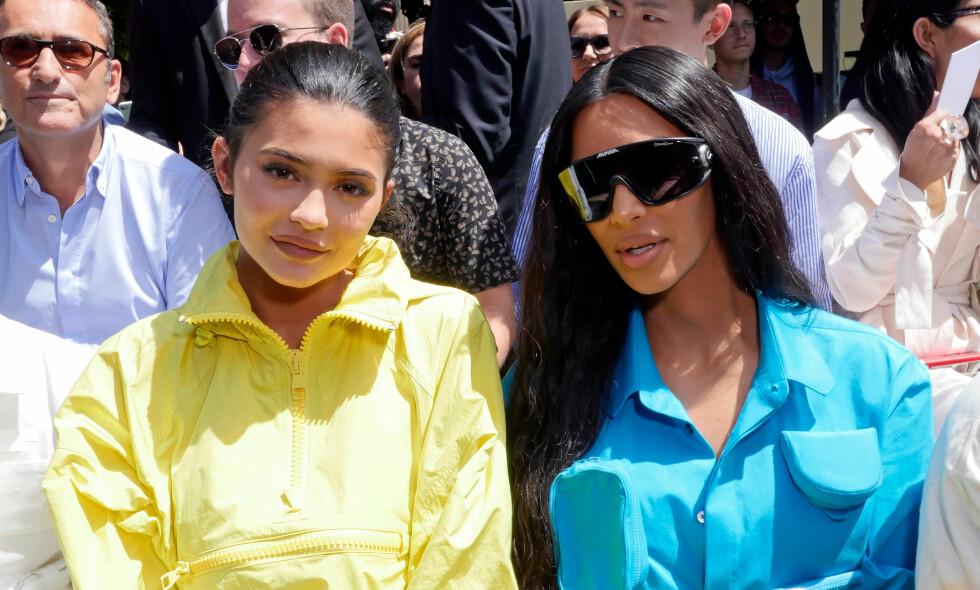 SØSKENKJÆRLIGHET: Kylie Jenner har fått mye kritikk den siste tiden. Nå støtter Kim Kardashian søsteren. Foto: NTB scanpix