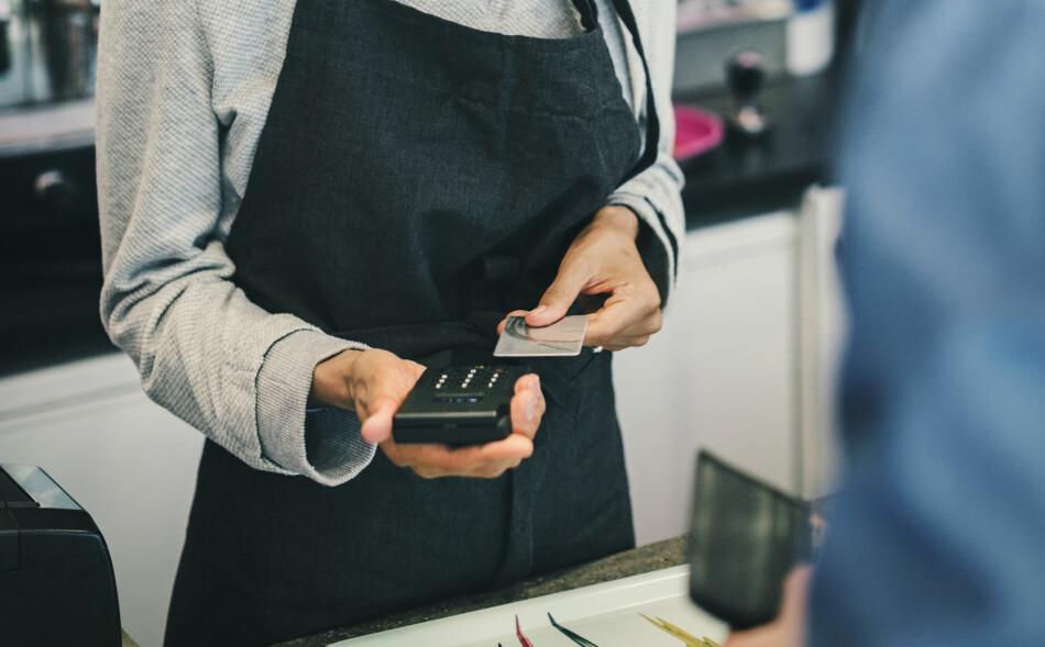 GEBYR: Nye regler fra 1. januar i år har gjort det enklere for forbrukeren å vite hvor mye man faktisk betaler ved kredittkortbruk. Foto: NTB Scanpix