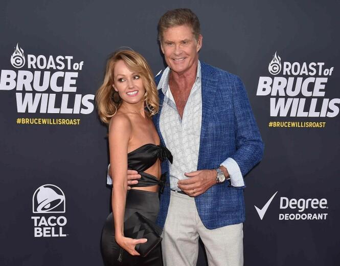 FORLOVET: David Hasselhoff og forloveden Hayley Roberts tidligere denne måneden. Foto: NTB scanpix