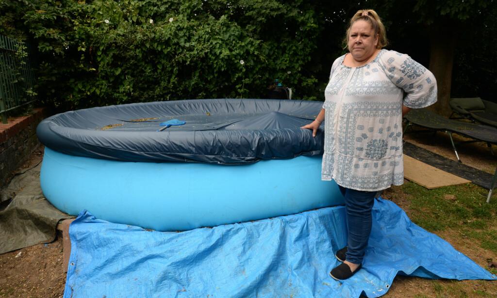 NEKTES BASSENG: Maria Young og naboene hennes i Kent har fått beskjed fra utleiemekleren at det oppblåsbare bassenget må fjernes, da potensielle innbruddstyver kan falle oppi og drukne. Foto: Kmg / Swns.com / NTB Scanpix