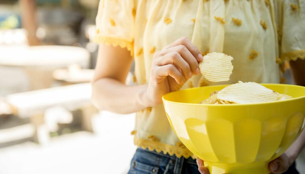 SALT: Potetgull er ekstra godt i varmen, og vi forsvarer ofte den ekstra posen med chips på stranda med at vi trenger mer salt fordi vi svetter så mye i varmen. Men gjør vi egentlig det? FOTO: NTB Scanpix